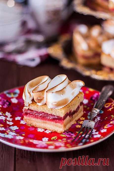 Пирог с ревнем и меренгой.