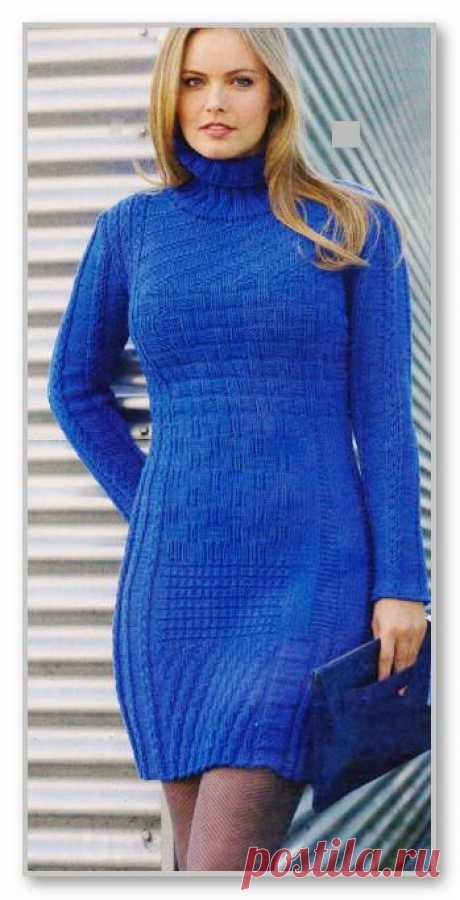 Женское вязание спицами. Однотонное приталенное платье с различными рельефными узорами. Размеры: 36/38
