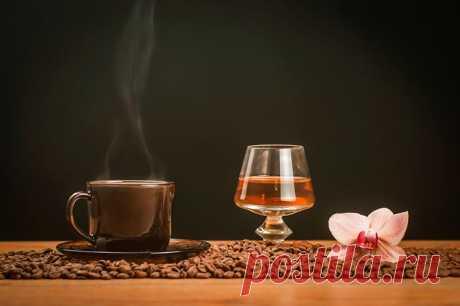 Можно ли пить кофе после алкоголя: совместимость, последствия при похмелье Влияние кофе на организм при употреблении алкоголя. Как действует после спиртных напитков, помогает ли протрезветь, с похмелья.