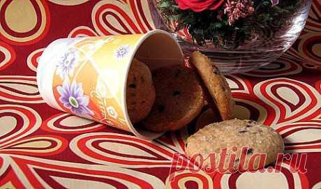 Las galletas tselnozernovoe con las gotas de chocolate.