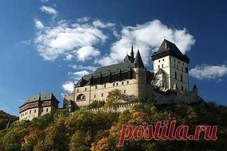 Чехия и Прага - достопримечательности - Part 6. © Замок Карлштейн в летнее время. Место для строительства определил сам Карел IV, считавший, что вершина, рядом с рекой Бероункой, стратегически очень выгодна. Он не ошибся и замок никогда не был взят штурмом. Замок был основан 10-го июля 1348 года и был определен, как хранилище королевских сокровищ, святых реликвий и имперских коронационных регалий. Строительство продлилось 17 лет.