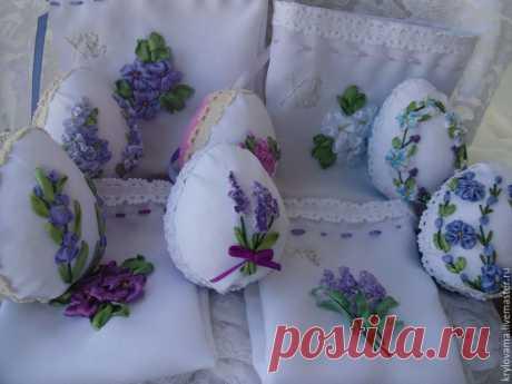 Создаем просто и быстро декоративные пасхальные яйца Мне всегда очень нравилась вышивка на яичной скорлупе, но поняв весь процесс изготовления такого пасхального декора от подготовки скорлупы яйца до покупки инструмента гравюра для высверливания крохотных дырочек в яичной скорлупе и вышивка по ней. Я нашла очень простой способ декорирования яиц и быстро и просто! И для этого мне потребовалось: пенопластовая заготовка, габардин, бархат, ленты, пяльца, пилочка, нож, игла, клей.