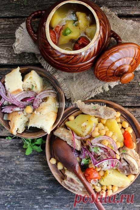 Пити. Азербайджанский суп пити (Piti) готовится из баранины либо из говядины в специальных глиняных горшочках. По классическому рецепту мясо долго томится и упаривается в закрытой посуде на углях — за счет этого суп приобретает неповторимый, ни с чем несравнимый вкус. Суп наваристый и густой, сразу первое и второе в одном горшочке.