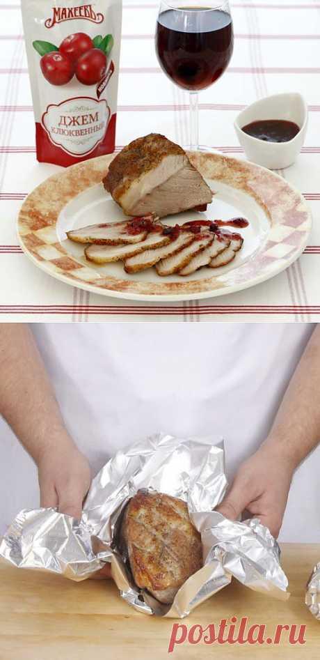 Запечённая свиная лопатка с клюквенным соусом / Простые рецепты