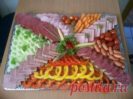 Очень красивое оформление мясной нарезки - ваш стол вызовет восторг у гостей - Калейдоскоп чудес Мясная нарезка это может быть не только вкусно, но и красиво. Чтобы праздничный стол выглядел оригинально, обычную нарезку из колбас, ветчины и других мясных продуктов, которые вам нравятся можно сделать …
