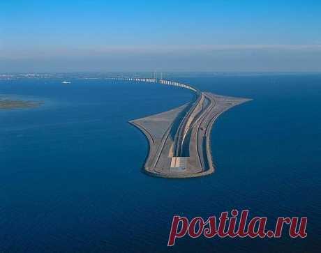 Эресуннский мост - уникальное сооружение, которое не имеет аналогов в мире. Он соединяет Данию и Швецию и представляет собой мост, переходящий в подводный тоннель, что позволяет беспрерывно и беспрепятственно проходить судам.
