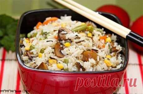 Невероятно вкусный рис с овощами и грибами  Ингредиенты:  - рис (смесь белого и дикого) - 300 гр. - морковь - 1 шт. - лук репчатый - 1 шт. - шампиньоны - 300 гр. - горошек (замороженный) - 100 гр. - фасоль стручковая - 100 гр. - кукуруза (конс…