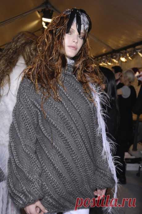 Длинный серый свитер спицами от NINA RICCI - Cтильное вязание Длинный серый свитер спицами от NINA RICCI - схема и описание вязания