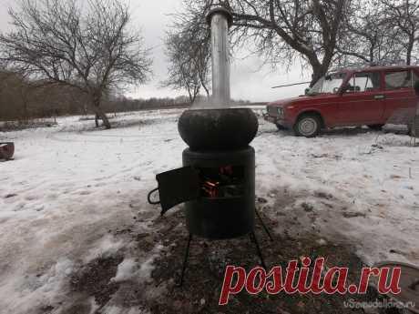Небольшая печь под чугун/котелок из канистры (можно использовать как гриль) Всем привет, кто держит собак и живет в загородном доме знает, что им нужно готовить. Я своим варю ячневую кашу, изредка кукурузную или пшеничную крупу. Газа у нас в деревне нет, а домашние дровяные плиты заменил котел с радиаторами отопления. Собственно, эту печь я наскорую сделал для готовки