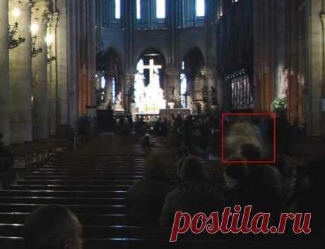 В Соборе Парижской Богоматери мужчина дважды запечатлел паранормальное явление в виде призрака