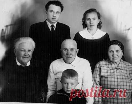 Семья Потаповых,г.Челябинск,1959 год.Стоят:Потапов Эдуард Абрамович (1926-2010),его жена Мария Сергеевна,урождённая Дубасова(1930-2004).Сидят:Куршакова Зинаида Ивановна(1895-1963),  её муж Потапов Абрам Минеевич (1890-1967),родители Эдуарда, Дубасова Пелагея Алексеевна,мать-героиня(1887-1970), ребёнок-Сергей Эдуардович Потапов