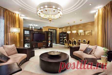 Красивая изящная гостиная в золотом, коричневом интерьер. Смотрится сдержано и богато. Царские хоромы.