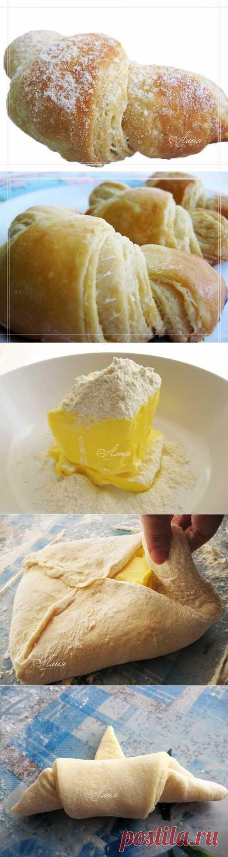 """173. """"Круассоны"""" (Croissants)   КУЛИНАРНАЯ КНИГА АЛИИ. Понадобится:     350 г хлебной муки (bread flour)     1/2 ч.л. лимонного сока     280 г холодного сл. масла (можно взять 200 г если жирненькие не любите)     30 г свежих дрожжей     250 мл. молока     4 ч.л. сахара     1 ст.л. мёда     2 ч.л. соли Вмешать 2 ст.л. муки и лимонный сок в сл. масло Заходите на этот сайт тут изобилие рецептов на разный вкус. ТУТ ВСЁ!!!"""