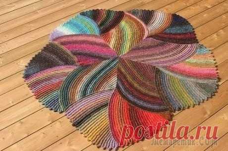Очень красивый и стильный коврик связанный спицами