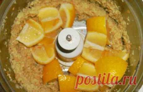 Самые эффективные рецепты от отложения солей в организме — будете бегать, как молодые - Журнал Советов Приготовьте это вкусное средство для своего прекрасного самочувствия! Лимон, петрушка и мед Избавиться от отложения солей поможет мочегонное средство, изготовленное на основе лимонов, петрушки и меда. Для его изготовления 250 граммов корней петрушки и 250 граммов лимонов перекручивают через мясорубку вместе с цедрой. Косточки из цитруса лучше удалить. В полученную смесь д...
