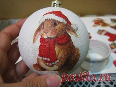 Las ideas dekupazha de las bolas del árbol de Noel por las manos