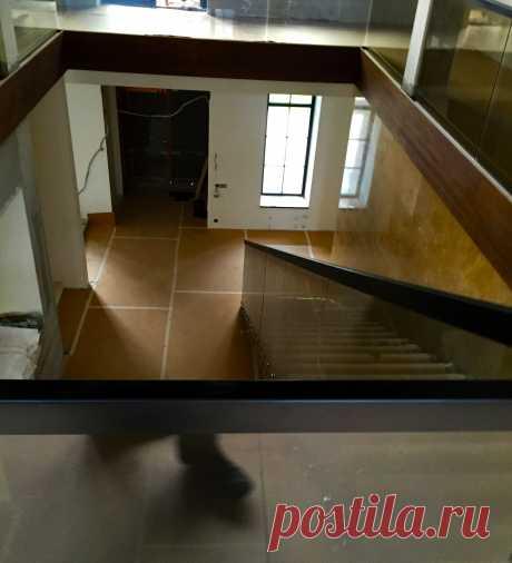 Лестница консольная на бронзовом стекле