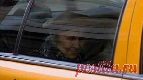 """Один из таксистов Нью-Йорка написал у себя на странице в соцсети:    """"Я приехал по адресу и посигналил. Прождав несколько минут, я просигналил снова. Так как это должен был быть мой последний рейс, я подумал о том, чтобы уехать, но вместо этого припарковал машину, подошел к двери и постучал... «Минуточку», - ответил хрупкий, пожилой женский голос. Я слышал, как что-то тащили по полу.    После долгой паузы дверь открылась. Маленькая женщина лет 90 стояла передо мной. Она бы..."""