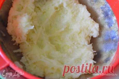 Литовские картофельные блины со сметаной. Ингредиенты: картофель, шампиньоны, лук репчатый