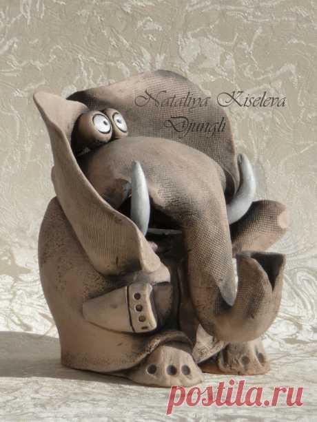 Оригинальный, интересный подарок. Образы, созданные природой, повторяются изделиями из дерева, металла, керамики, глины. Слон - символ благосостояния, мудрости и величия. Сильные и могущественные слоны считаются священным животным во многих странах. Он станет отличным подарком для коллег, близких, друзей и родственников, подойдет в качестве подарка на новоселье, Новый Год и любое другое торжество. Он отлично впишется в любой интерьер, самое главное- это ваша искренняя вера в волшебные свойства