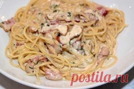 Паста Карбонара с грибами  Ингредиенты:  200 гр спагетти 1 ст.л.оливкового масла 100 гр бекона 200 гр шампиньонов 200 гр сливок(15%) 100 гр пармезана 2 желтка соль,перец из мельницы.  Приготовление:  Отварить спагетти,согласно инструкции на упаковке. В масле обжарить мелко нарезанный бекон и грибы. Слегка взбить желтки,ввести сливки и сыр,перемешать.Посолить и поперчить.Добавить к бекону с грибами,На медленном огне быстро помешивая довести до кипения.Не увеличивать огонь,и...