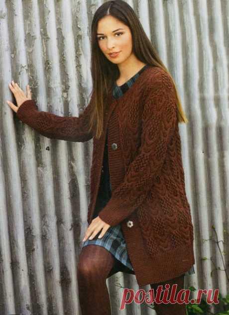 Коричневый кардиган спицами на пуговицах  Стильный теплый коричневый кардиган спицами на пуговицах согрет вас осенью и весной, ведь его можно носить в качестве трикотажного пальто.  Размер (европейский): 38-42 Размер (российский): 44-48  Вам потребуется: пряжа (100% натуральной шерсти; 80 м/50 г) — 1200 г цвета ржавчины; спицы № 4,5; круговые спицы № 4,5; 4 кнопки цвета старого серебра.  Техника вязания. Резинка: нечетное число петель, каждый ряд начать и закончить 1 кром....