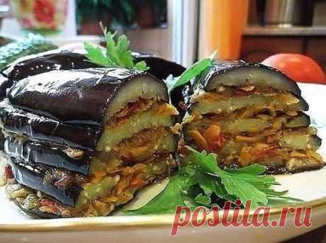 По-турецки Баклажаны - обалденно вкусно и оригинально!!! + 10 лучших рецептов из баклажан. Ингредиенты: -баклажан — 2 шт. -помидор — 3 шт. -морковь — 2-3 шт. —репчатый лук — 2 шт. -растительное масло -зелень петрушки -соль -перец черный Баклажаны нарезать вдоль пластинками. Посолить, оставить на 30 минут, затем промыть в холодной воде Морковь натереть на терке. И Лук нарезать помидоры. Лук, морковь и помидоры соединить, обжарить на растительном масле, посолить и поперчить.(Кто любит по остре