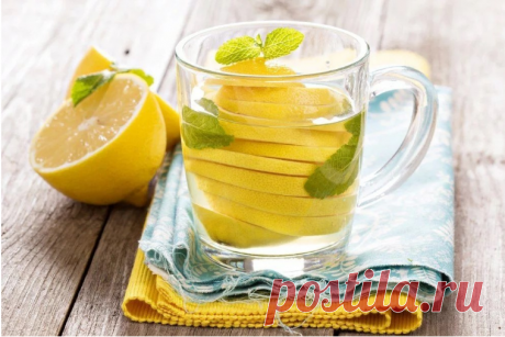 ГОРЯЧИЕ ЛИМОНЫ «Кусочки лимона в стакане горячей воды могут спасти вас на всю оставшуюся жизнь», - говорит профессор Чэнь Хорин, генеральный директор Пекинского военного госпиталя. Горячие лимоны могут убивать раковые клетки! Разрежьте лимон на три части и поместите его в чашку, затем налейте горячую воду, она станет (щелочная вода), выпивайте ее каждый день, безусловно, будет полезной для всех.