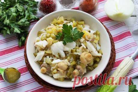 Салат «Простофиля» — необычный и вкусный | Foodbook.su Это забавное название предлагаемый салат получил за состав используемых для его приготовления продуктов. Квашеная капуста, маринованные грибы, хрустящие солёные огурчики – разносолы, которые