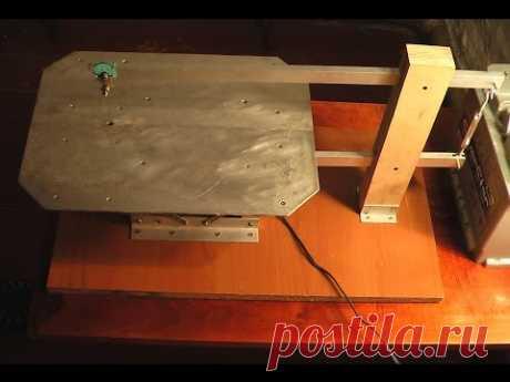 La electrosierra de marquetería de mesa improvisada