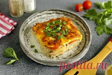 Красная рыба под овощной шубой в духовке. Подойдет для угощения гостей!  Для этого Вам понадобятся: Картофель – 2 шт. Лук – 1 шт. Перец болгарский – 1 шт. Масло подсолнечное– 2 ст.л. Филе красной рыбы (семги или форели) – 500 гр. Яйца – 3 шт. Сыр твердый – 100 гр. Укроп – 1 пучок. Соль, перец – по вкусу. Шаг 1. Картофель отварить в мундире, затем почистить и натереть на крупной терке. Шаг 2. Лук нарезать мелкими кубиками, обжарить его вместе с измельченным болгарским перцем на среднем огне до …