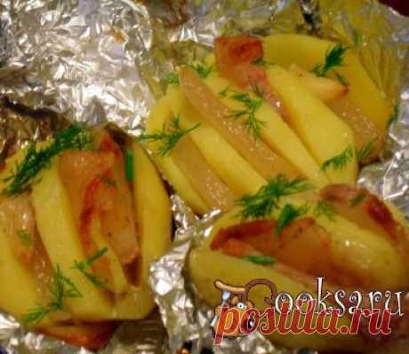 Картошка-гармошка с салом Просто, быстро и вкусно! Отличное блюдо для будней и праздников. Картофель (средний, ровный) ; Сало ( с прослойками;соленое со специями и чесноком) ; Зелень (по вкусу) ;