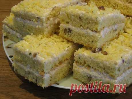 Восторг неописуемый - Пирог на сгущенном молоке с кремом из творога Этот десерт само совершенство. Нежный бисквит идеально сочетается с творожным кремом!