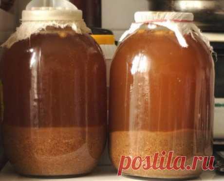 10 вкуснейших супер - рецептов домашнего кваса  Рецепт кваса ржаного  _____________________________________________________  На 3 литра воды:  ржаные сухари – 1 кг,  сахар – 200 г,  дрожжи – 20 г,  изюм – 50 г.  Ржаные сухари залить кипятком, затем охладить.  Процедить, добавить сахар и хорошенько размешать.  Добавить дрожжей, поставить в теплое место и дать бродить 12 часов. Потом перелить в бутылки, добавить изюм и поставить их в холодное место.  Через два дня квас готов.  Домашний квас  ___