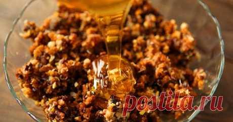 Пропорции один к одному - мед с грецким орехом  Грецкие орехи в сочетании с медом являются прекрасным средством, которое может заменить многие лекарства. Эта комбинация обеспечивает организм всеми необходимыми витаминами, минералами, белками, жирами и углеводами.  Сделать это средство легко: смешайте 0,5 л меда и 0,5 кг измельченных грецких орехов (можно брать меньше). Добавьте сок одного лимона. Смешайте. Храните смесь в банке и потребляйте чайную ложку три раза в день. Э...