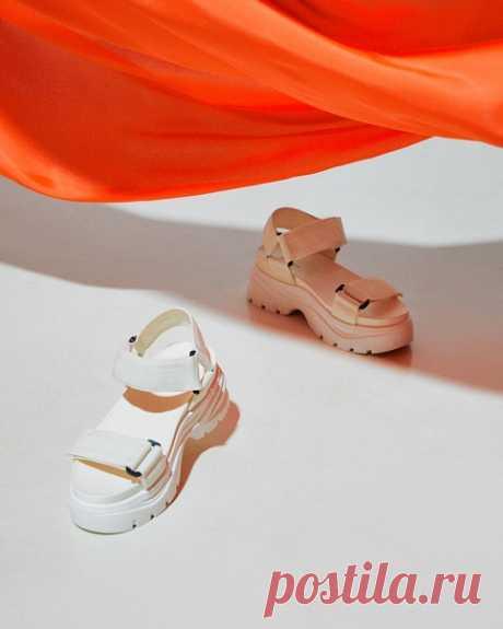 Вы когда -нибудь задумывались как должна выглядеть идеальная летняя обувь? Вот же она! Вы только взгляните на эти эффектные сандалии на высокой подошве. Комфортные и стильные модели, которые прекрасно впишутся в ваши летние планы. 👡☀ #HM