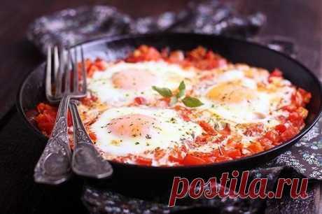 Шакшука.  Интересное блюдо из яиц с овощами, популярное в Израиле и соседних странах. Очень яркое, ароматное, легкое и в то же время сытное. Рецепт из 4 яиц рассчитан на 2 большие или 4 маленькие порции.  Вам потребуется:  Лук репчатый 100 грамм Растительное масло 30 миллилитров Перец сладкий красный (паприка) 1 штука Чеснок дольки 2 штуки Помидоры красные 400 грамм Соль морская 1 чайная ложка Куркума молотая ½ чайных ложек Зира (кумин) ½ чайных ложек Перец чили молотый ¼ ...