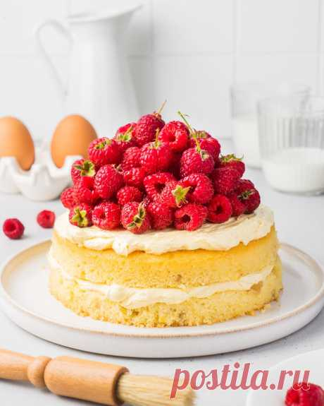 Лимонный пирог с кремом и малиной