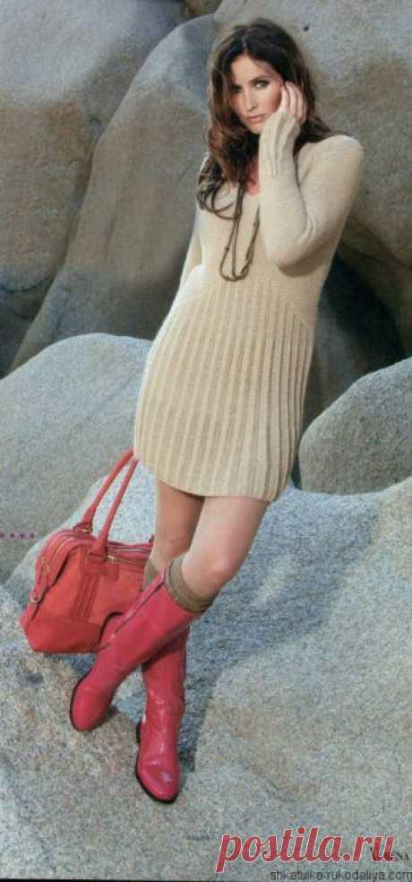 Короткое вязаное спицами платье с плиссированной юбкой.