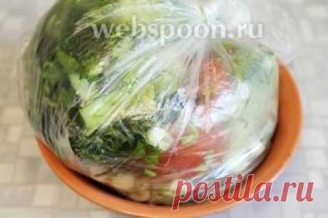 Малосольные огурцы и помидоры в пакете.