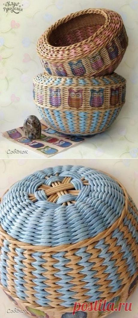 Многоцветное плетение корзины из газетных трубочек
