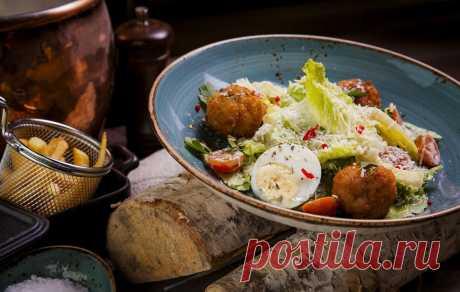 Салат «Цезарь»: история и оригинальные рецепты