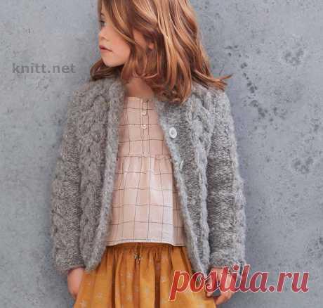 Вязаный кардиган для девочки в французском стиле Вязаный кардиган для девочки. Этот изысканный французский стиль понравится юным модницам. Мягкий и объемный кардиган придется к стати теплой весной.