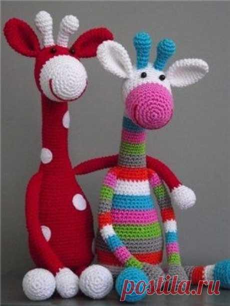 Симпатичный вязаный жираф