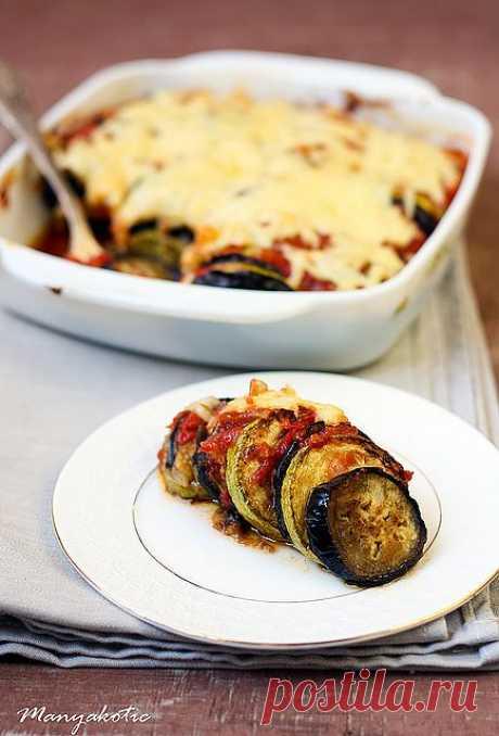 ¡Los calabacines y las berenjenas con el tomate bajo el queso!