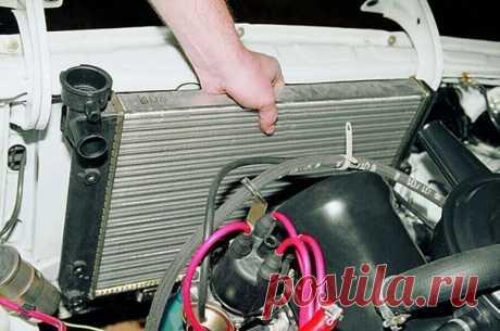 Как почистить систему охлаждения автомобиля? Действительно, со временем система охлаждения забивается, засоряется. Особенно это опасно для жаркого лета. Можно легко «вскипятить» машину. Особенно если вы в жару попадёте в пробку. Почистить радиатор автомобиля можно очень просто и без особых затрат. Для этого нам понадобится вода и лимонная кислота. Рецепт следующий. Слейте охлаждающую жидкость из системы охлаждения автомобиля. Так же нужно слить жидкость с блока. Купите в магазине лимонную…