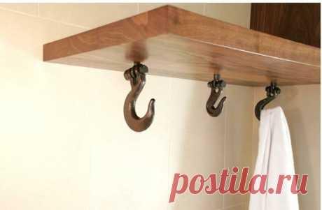 Идея для ванной комнаты: крючки с обратной стороны полки.