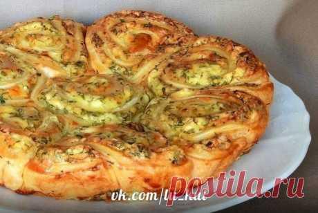 Наивкуснейший закусочный пирог, который легко можно разобрать на порционные булочки-завитушки. Рецепт Ольги Мартиросян..