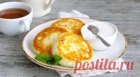 Сырники на молоке Нам понадобится: Яйцо — 3 Штуки Творог — 400 Грамм Молоко — 1/2 Стакана Ванильный сахар — 1 Чайная ложка Мука — 1 Стакан Сахар — 2 Ст. ложки Разрыхлитель и соль — 1 Щепотка Сливочное и растительное масло — По вкусу (для жарки) Делаем: Творог, яйца и молоко взбейте в глубокой мисочке до однородности. Отдельно соедините просеянную муку, обычный и ванильный сахар, разрыхлитель и соль. Перемешайте. Небольшими порциями всыпайте сухие ингредиенты, постоянно перемешивая. Тесто дол