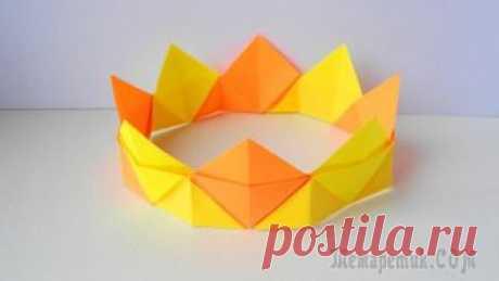 Корона из бумаги Оригами Корона из бумаги простая поделка которая понравится детям. Им будет интересен и сам процесс сборки короны из бумаги. Ведь из обычных листов бумаги можно получить красивую объемную корону. Нам ...